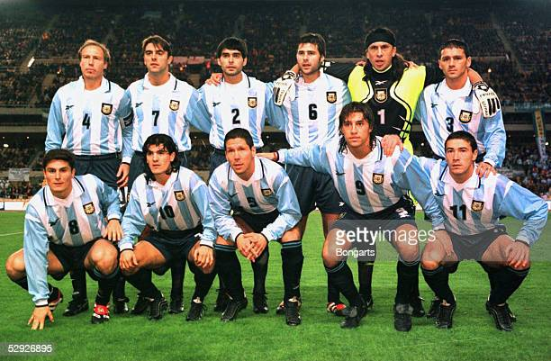 LAENDERSPIEL 1999 Sevilla SPANIEN ARGENTINIEN 02 hintere Reihe vlnr Nestor SENSINI Claudio LOPEZ Roberto AYALA Mauricio POCHETTINO TORWART German...