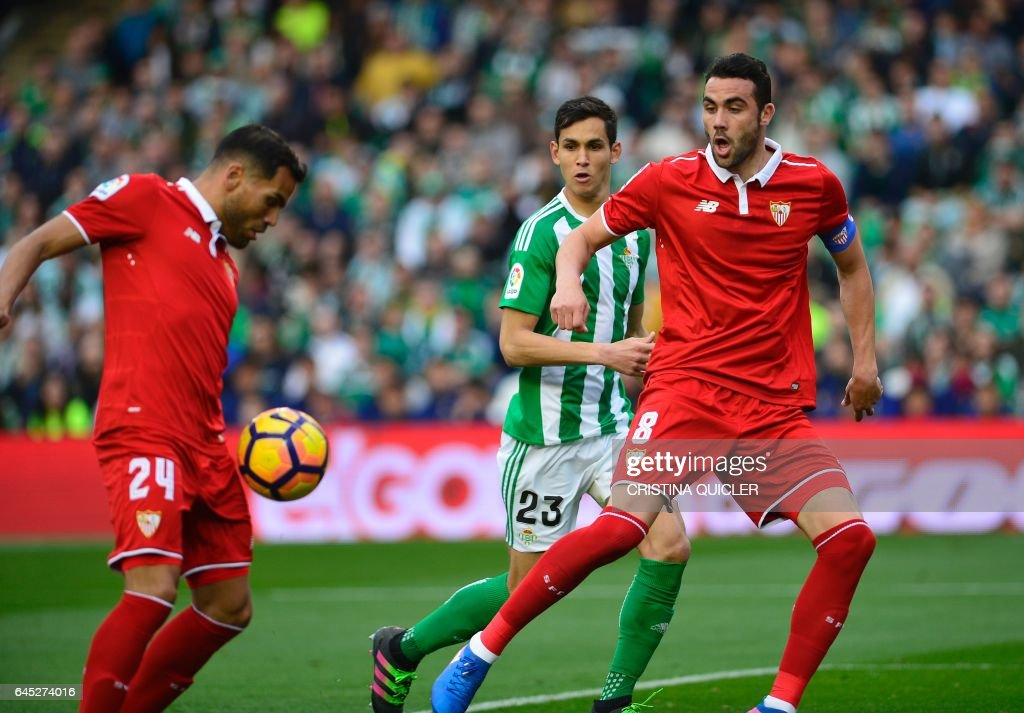 Sevilla's Argentinian defender Gabriel Mercado (L) scores a goal during the Spanish league football match Real Betis vs Sevilla FC at the Benito Villamarin stadium in Sevilla on February 25, 2017. / AFP / CRISTINA
