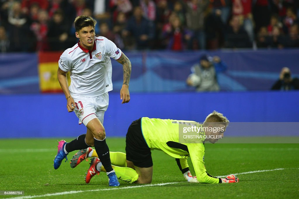 Sevilla's Argentinian midfielder Joaquin Correa (L) celebrates after scoring a goal during the UEFA Champions League round of 16 second leg football match Sevilla FC vs Leicester City at the Ramon Sanchez Pizjuan stadium in Sevilla on February 22, 2017. / AFP / CRISTINA