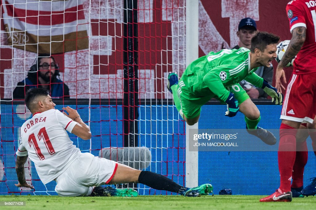 Sevilla's Argentinian midfielder Joaquin Correa (L) fouls Bayern Munich's German goalkeeper Sven Ulreich during the UEFA Champions League quarter-final second leg football match between FC Bayern Munich and Sevilla FC on April 11, 2018 in Munich, southern Germany. / AFP PHOTO / John MACDOUGALL