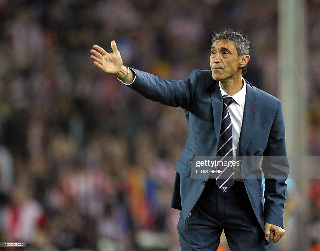 Sevilla´s coach Antonio Alvarez Giraldez gives instructions to his players during the King�s Cup final match Sevilla against Atletico Madrid at the Camp Nou stadium in Barcelona on May 19, 2010.