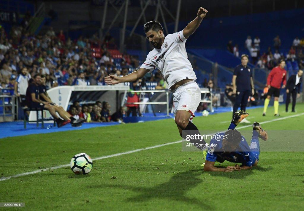 Sevilla's forward Nolito (L) vies with Getafe's Moroccan forward Faycal Fajr during the Spanish league football match Getafe CF vs Sevilla FC at the Coliseum Alfonso Perez stadium in Getafe on August 27, 2017. /