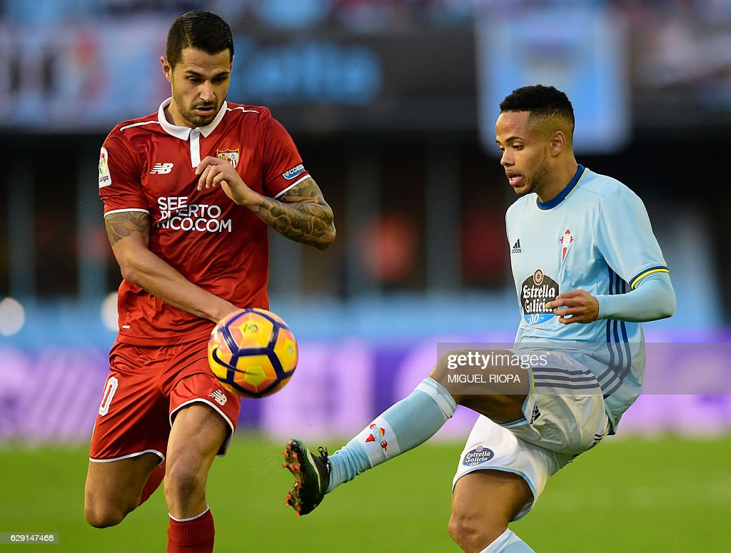Sevilla's forward Vitolo (L) vies with Celta Vigo's Belgian forward Theo Bongonda during the Spanish league football match RC Celta de Vigo vs Sevilla FC at the Balaidos stadium in Vigo on December 11, 2016. Sevilla won 3-0. / AFP / MIGUEL