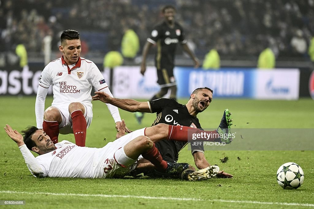 Sevilla's French defender Adil Rami (L) and Sevilla's Argentinian midfielder Matias Kranevitter (C) vies with Lyon's French defender Jeremy Morel (R) during the UEFA Champions League Group H football match between Olympique Lyonnais (OL) and FC Sevilla at the Parc Olympique Lyonnais in Décines-Charpieu near Lyon, southeastern France, on December 7, 2016. / AFP / JEFF