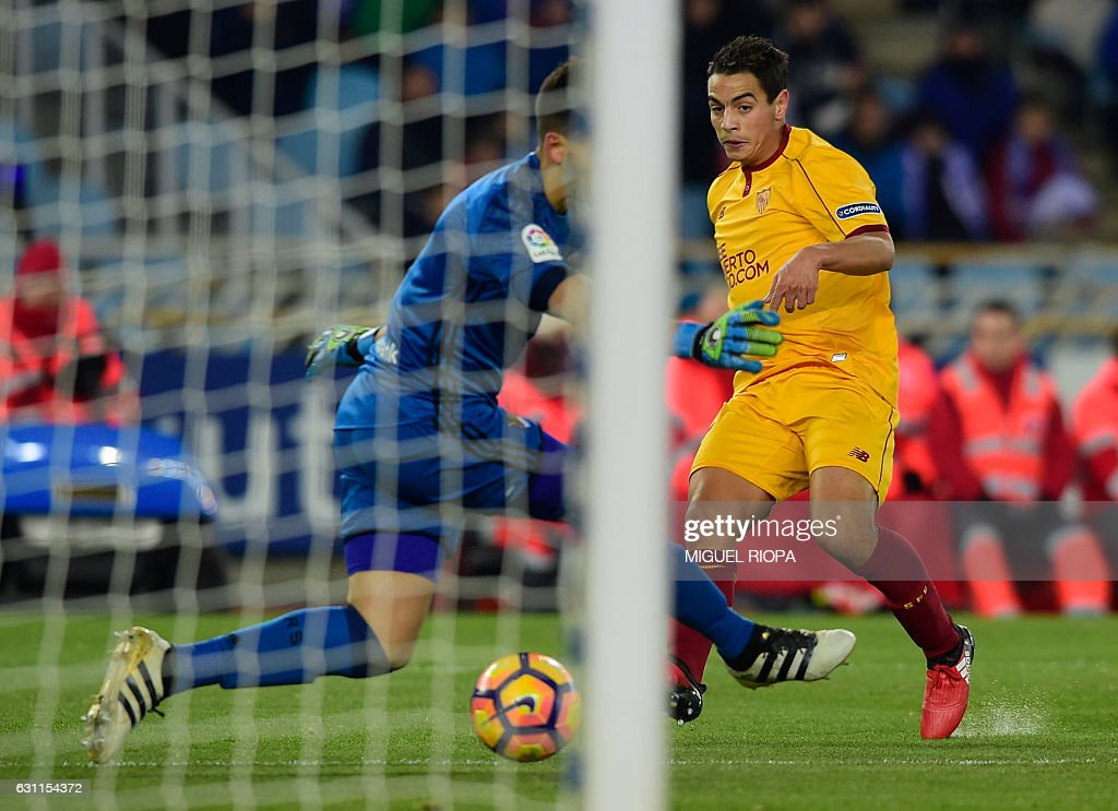 Sevilla's French forward Wissam Ben Yedder (R) shoots to score the opening goal during the Spanish league football match Real Sociedad vs Sevilla FC at the Anoeta stadium in San Sebastian on January 7, 2017. / AFP / MIGUEL