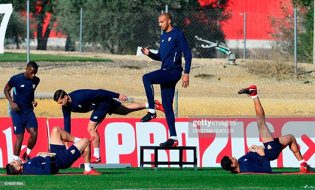 Sevilla's French midfielder Steven N'Zonzi (C) during a training session at the Ciudad Deportiva in Sevilla on November 20, 2017 on the eve of the UEFA Champions League group E football match between Sevilla and Liverpool. /