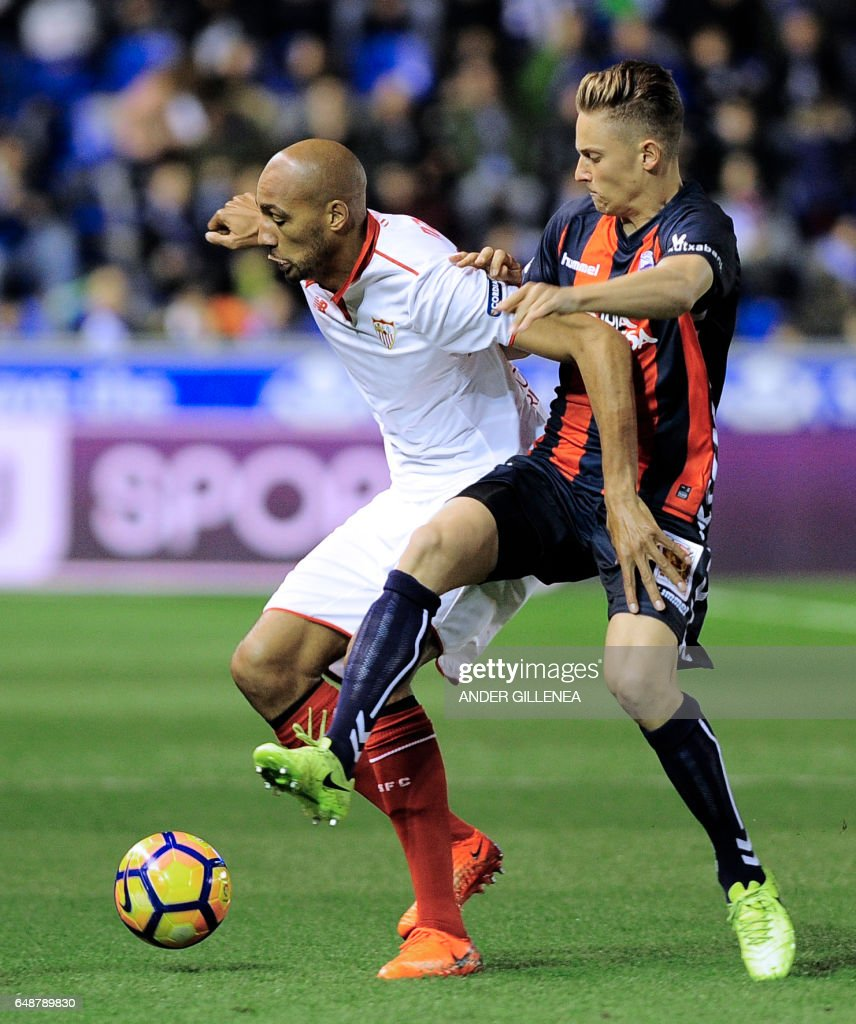 Sevilla's French midfielder Steven Nzonzi (L) vies with Deportivo Alaves' midfielder Marcos Llorente during the Spanish league football match Deportivo Alaves vs Sevilla FC at the Mendizorroza stadium in Vitoria on March 6, 2017. /