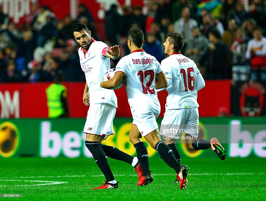 Sevilla's Montenegrin forward Stevan Jovetic (R) celebrates with teammates after scoring during the Spanish Copa del Rey (King's Cup) round of 16 second leg football match Sevilla FC vs Real Madrid CF at the Ramon Sanchez Pizjuan stadium in Sevilla on January 12, 2017. / AFP / CRISTINA