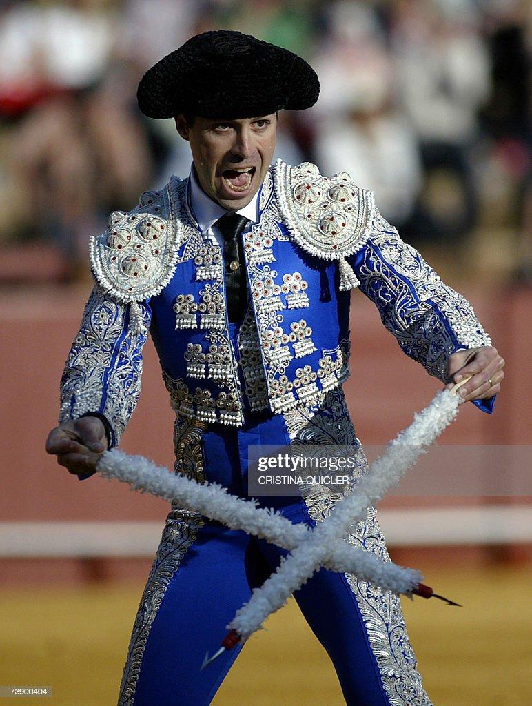 A banderillero calls the bull during a b... : Fotografia de notícias