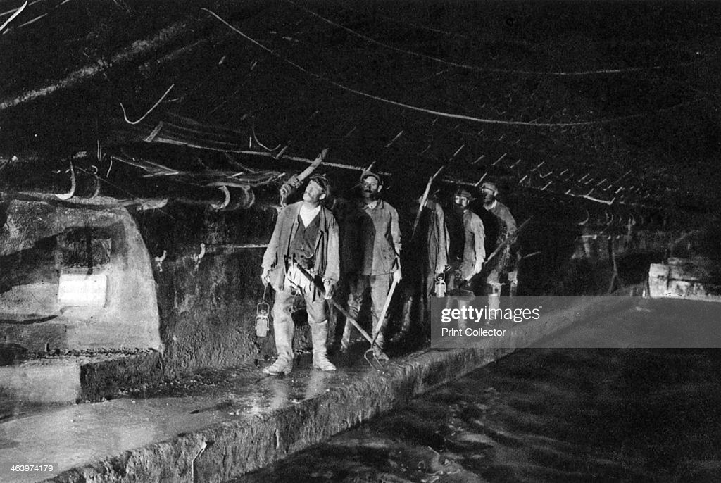 Sewer cleaners in the Main Sewer, Paris, 1931. Artist: Ernest Flammarion : News Photo