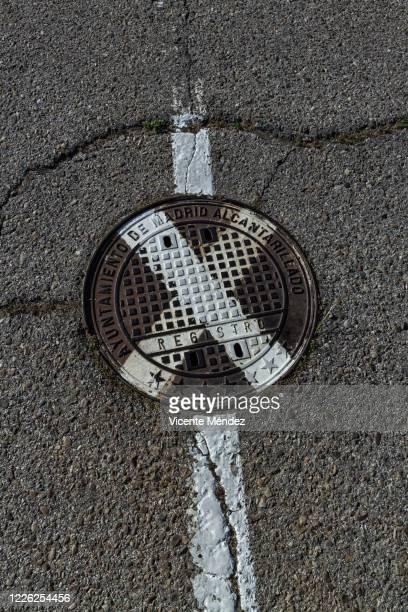 sewer cover - vicente méndez fotografías e imágenes de stock