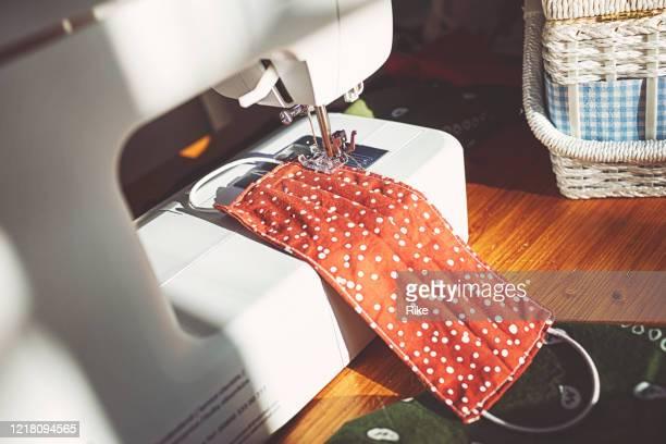 フェイスマスクを縫う縫製アクセサリー - 仕立て屋 ストックフォトと画像