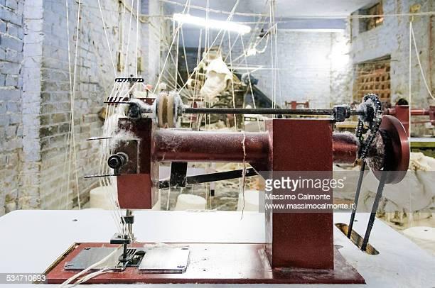 sewing machine in india - fábrica têxtil imagens e fotografias de stock