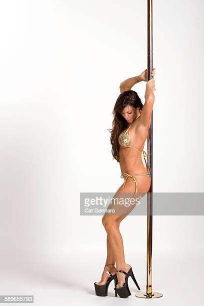 sexy athletic woman - pole dance photos et images de collection