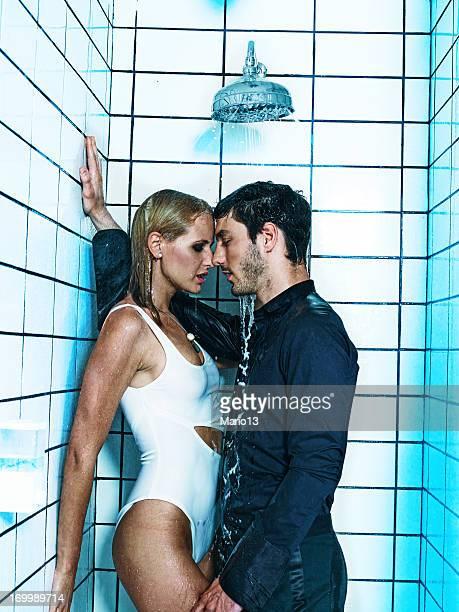 sexy pareja beso en la ducha - hombre duchandose fotografías e imágenes de stock