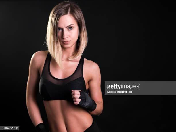 Sexy femme fitness modèle posant et en regardant la caméra