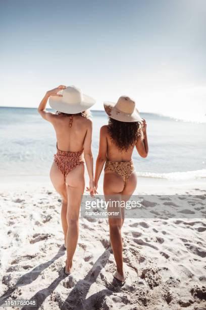 sexy friends at the beach - costituzione italiana foto e immagini stock