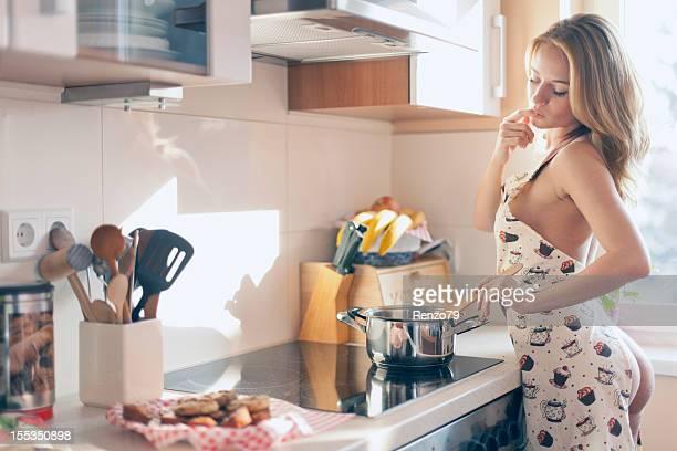 Sexy Chica cocina a la vista en la cocina