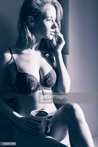 sexy chica en la ventana con taza - mujer seductora fotografías e imágenes de stock