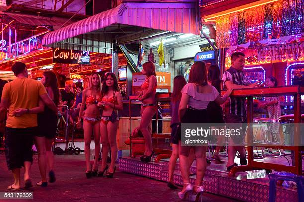 sexy mädchen auf der soi cowboy, bangkok - red light district stock-fotos und bilder