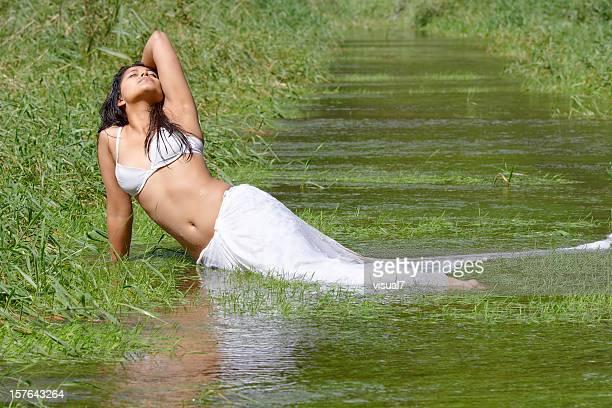 sexy mujer india en el agua - sari fotografías e imágenes de stock
