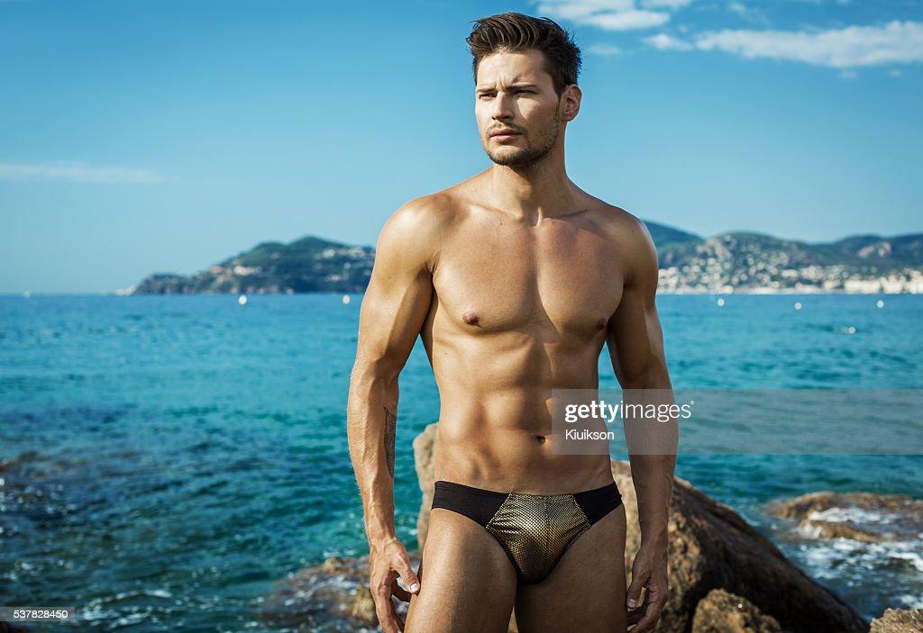 7d14fb2ef1 Sexy modelo masculino en la playa Utilice hombres de la ropa interior    Foto de stock