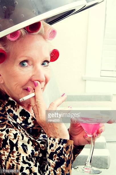Sexy Femme âgée avec attitude avec roulettes dans un salon de beauté