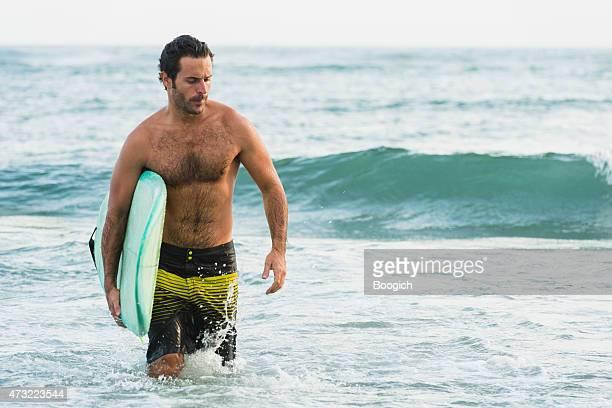 sexy surfer-mann in den 30ern strand-lifestyle bali, indonesien - hairy chest stock-fotos und bilder