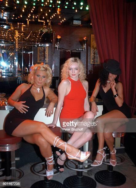 3 sexy Tänzerinnen an der Bar sitzend TableDanceClub BeverlyBar Bremen Deutschland Europa Erotik erotisch Dekollete Lokal schwarz rot Tabledance Hut...