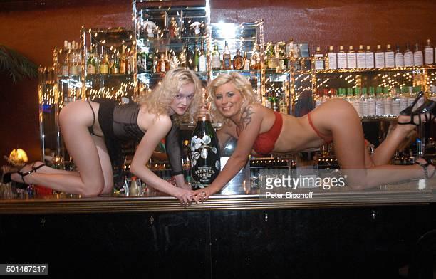 2 sexy Tänzerinnen auf der Bar kniend dazwischen eine MagnumFlasche Champagner TableDanceClub BeverlyBar Bremen Deutschland Europa Erotik erotisch...