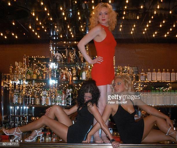 3 sexy Tänzerinnen auf der Bar TableDanceClub BeverlyBar Bremen Deutschland Europa Erotik erotisch Dekollete Lokal schwarz rot Tabledance Tänzerin...