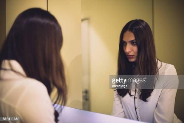 donna sexy e il suo riflesso allo specchio - snello foto e immagini stock