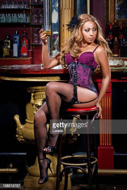 sexy femme buvant dans un night-club - corset high heels photos et images de collection