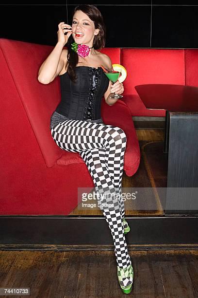 Sexy mujer comiendo cherry