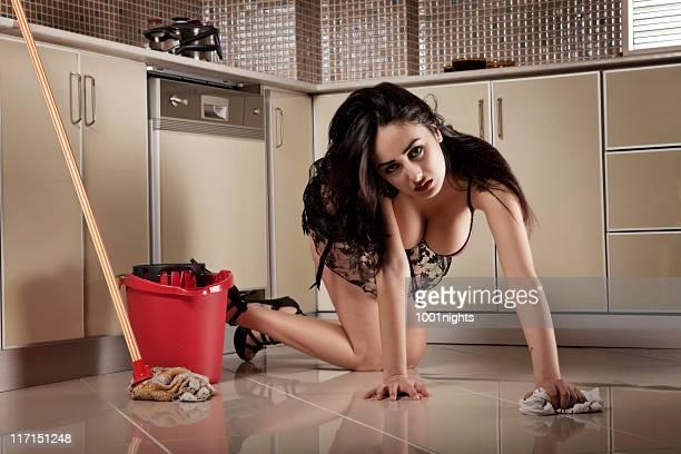 sexy mujer en la cocina - limpiar fotografías e imágenes de stock
