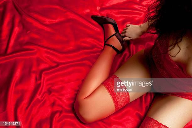 mujer sexy en rojo satén - liguero fotografías e imágenes de stock