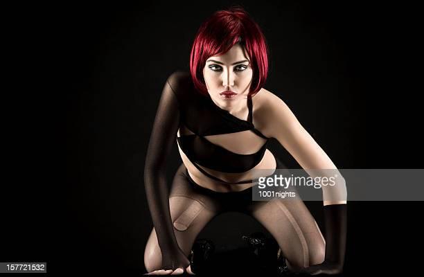 sexy femme aux cheveux rouge - gogo danseuse photos et images de collection