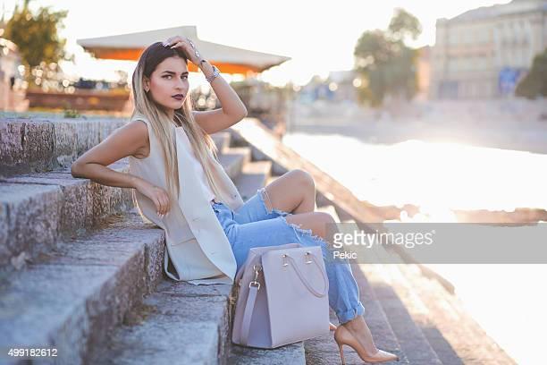 Sexy junge stilvolle hipster Frau Posieren