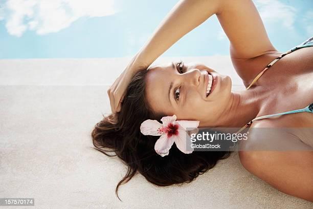 Sexy Junge Frau in bikini Entspannung in der Nähe des Swimmingpools
