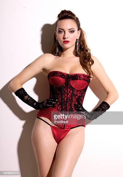 sexy joven mujer de rojo corsé y bragas - tanga fotografías e imágenes de stock