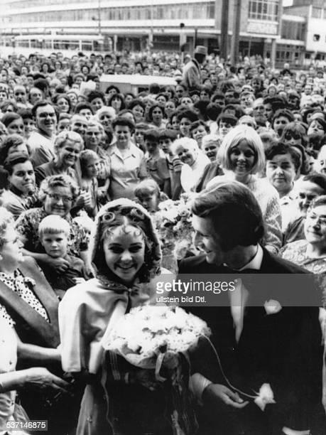 Seyfert, Gabriele *-, Eiskunstlaeuferin, Choreografin, D , - bei ihrer Hochzeit mit Eberhard Rueger,, DDR-Meister im Eistanz. Die Bevoelkerung, ihrer...