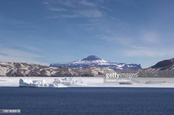 seymour island in the antarctic sound - antarctic sound stockfoto's en -beelden