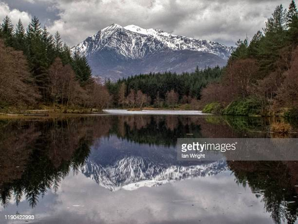 sgorr a'choise reflected in glencoe lochan - moment of silence stock pictures, royalty-free photos & images