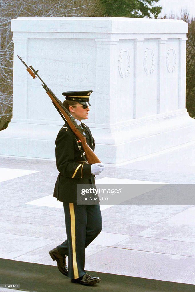 FIRST WOMAN HONOR GUARD : News Photo