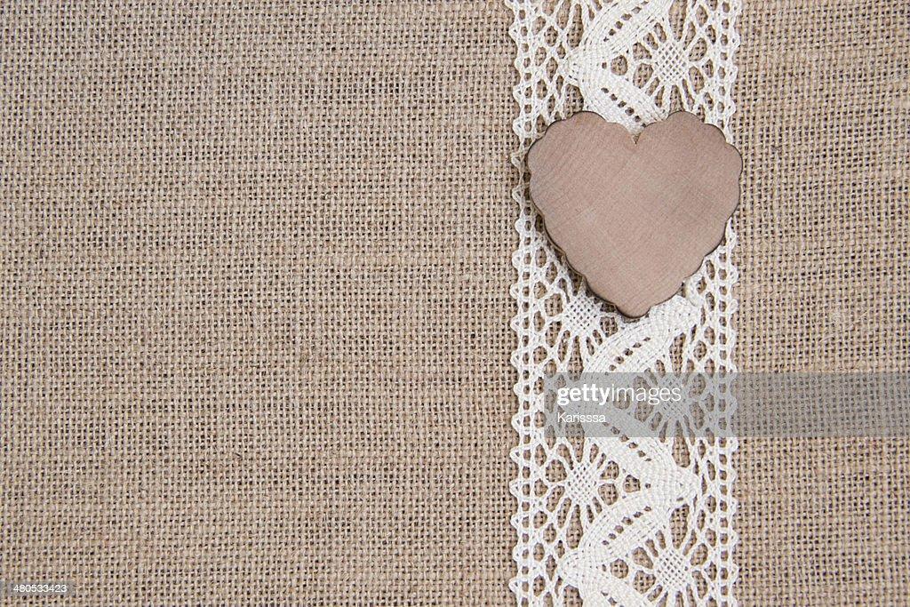 Verblichenes rustikal Hintergrund mit hölzernen Herz : Stock-Foto