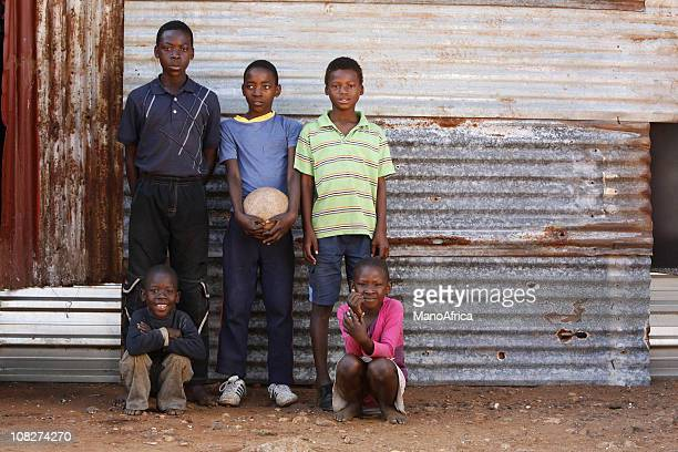 shack paisaje de los niños de áfrica del sur - africano nativo fotografías e imágenes de stock