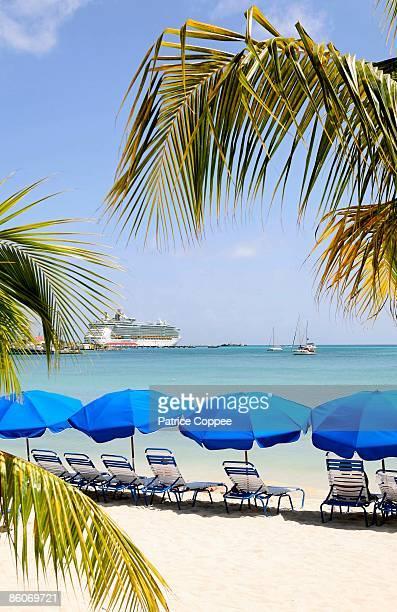 shade umbrellas on beach, philipsburg, caribbean - philipsburg sint maarten stockfoto's en -beelden