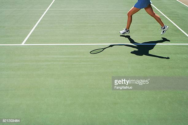 shadow and legs of person playing tennis - tênis esporte de raquete - fotografias e filmes do acervo