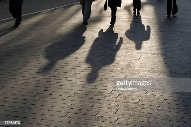 Shadow tous les voyageurs d'affaires modernes en plein air sur une passerelle