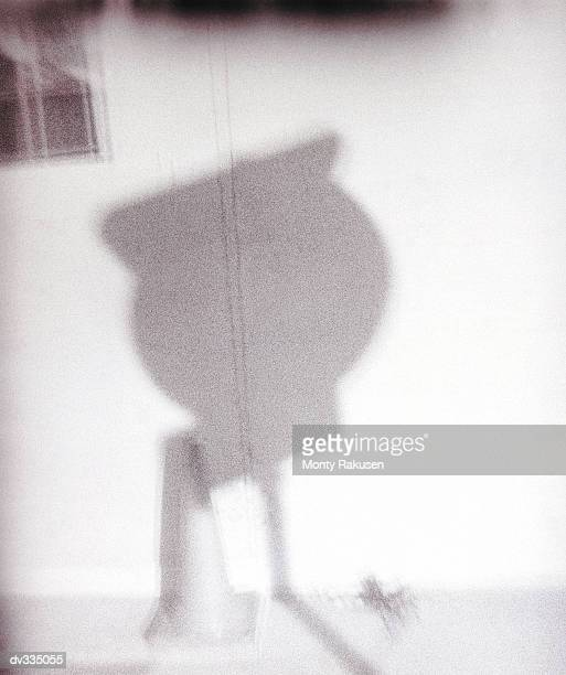 shadow from road sign projecting on building - monty shadow - fotografias e filmes do acervo